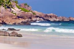 与大花岗岩岩石的天堂海滩,在热带印度洋海岛上 库存照片