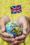 与大英国和金属旗子的地球扣上手铐与词自由 免版税图库摄影