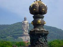 与大莲花古铜的盛大菩萨雕塑在前面 图库摄影