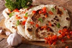 与大蒜和胡椒宏指令的印地安人Naan平的面包 水平 库存图片