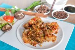 与大蒜和胡椒菜单的油煎的虾 库存图片