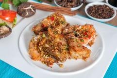与大蒜和胡椒菜单的油煎的虾 图库摄影