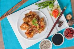 与大蒜和胡椒菜单的油煎的虾 免版税库存图片