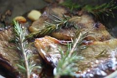 与大蒜烹调的肉 库存照片