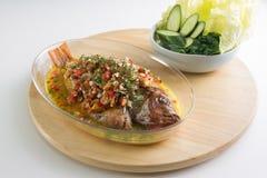 与大蒜酱油辣椒顶部、春天葱和切的大蒜的被蒸的内圆角鱼在中国餐馆 免版税图库摄影