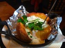 与大蒜souce的被烘烤的土豆 免版税库存照片