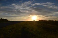 与大蓝天的日落沿着高速公路 免版税库存图片