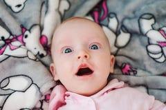 与大蓝眼睛的滑稽的惊奇的孩子 免版税图库摄影