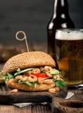 与大虾烤和玻璃储藏啤酒的汉堡 免版税库存图片