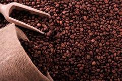 与大袋的咖啡豆背景和瓢复制空间 免版税库存图片