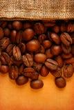 与大袋的咖啡豆 免版税库存图片