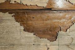 与大裂缝的老木纹理减速火箭的 库存照片