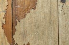 与大裂缝的老木纹理减速火箭的 库存图片