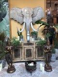 与大象登上的泰国建筑学 免版税库存照片