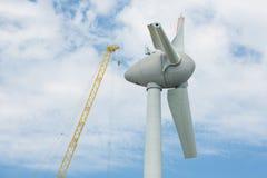 与大起重机的聚集的翼荷兰windturbine 免版税库存照片