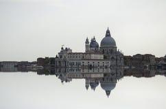 与大运河和大教堂圣玛丽亚della的艺术图象向致敬,反射水表面上, 免版税库存照片