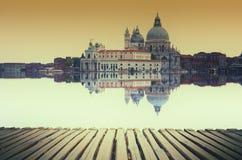 与大运河和大教堂圣玛丽亚della的艺术图象向致敬,反射水表面上, 库存图片