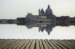与大运河和大教堂圣玛丽亚della的艺术图象向致敬,反射水表面上, 库存照片