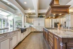 与大酒吧样式海岛的惊人的厨房室设计 免版税库存图片