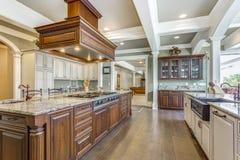 与大酒吧样式海岛的惊人的厨房室设计 免版税图库摄影