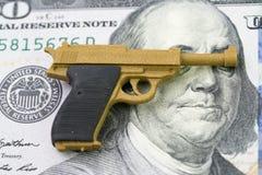 与大金钱概念,枪骗局的美国火器或枪事务 免版税库存照片