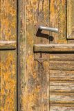 与大铁把柄的老木土气门门纹理 免版税库存图片