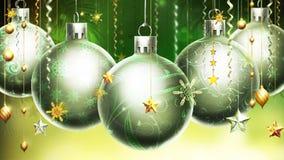 与大银/绿色球的圣诞节抽象绿色/黄色背景在前景。 免版税库存图片