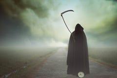 与大镰刀的死亡在一个超现实的风景 免版税图库摄影