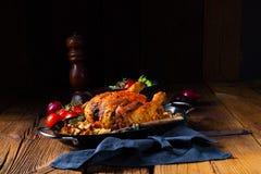 与大麦少量的烤辣鸡和蘑菇 库存照片