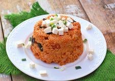 与大麦的粒、橄榄、蕃茄、春天葱和希腊白软干酪的膳食在绿色布料的白色板材在土气桌上 免版税图库摄影