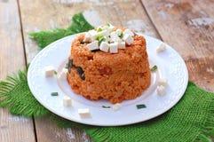 与大麦的粒、橄榄、蕃茄、春天葱和希腊白软干酪的膳食在绿色布料的白色板材在土气桌上 免版税库存图片