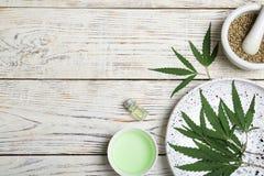 与大麻的平的位置构成离开,种子 免版税库存图片