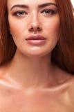 与大嘴唇的华美的红色顶头gilr 库存照片