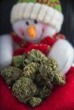 与大麻nugs的雪人-大麻圣诞节背景 库存图片