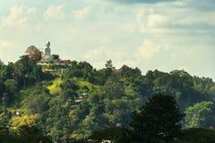 与大Buddah雕象的斯里兰卡的风景 免版税库存照片