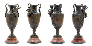 与天使形象的二个古色古香的古铜色花瓶。 免版税库存图片