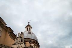 与天使的圆顶在一个巴洛克式的教会在有多云天空ba的罗马 库存图片