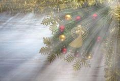 与天使的圣诞节背景,在一个木板的装饰 图库摄影