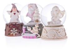 与天使的雪地球,一个陶瓷基地的圣诞老人 库存图片