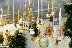 与天使礼物的欧洲圣诞节市场摊位 免版税库存图片