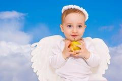 与天使翼的婴孩丘比特 库存照片