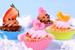 与天使,心脏,蜜桔,草莓的开胃杯形蛋糕 库存照片