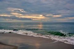 与天堂般的天空的美好的海滩日出 免版税图库摄影