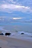 与天堂般的天空的美好的海滩日出 免版税库存图片
