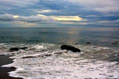 与天堂般的天空的美好的海滩日出 库存图片