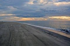 与天堂般的天空的美好的海滩日出 图库摄影