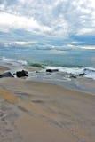 与天堂般的天空的美好的海滩日出 库存照片