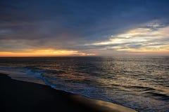 与天堂般的天空的美好的海滩日出 免版税库存照片
