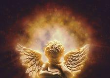 与天堂般的轻触的金子天使 免版税库存图片
