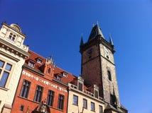 与天文学时钟的塔 免版税库存图片